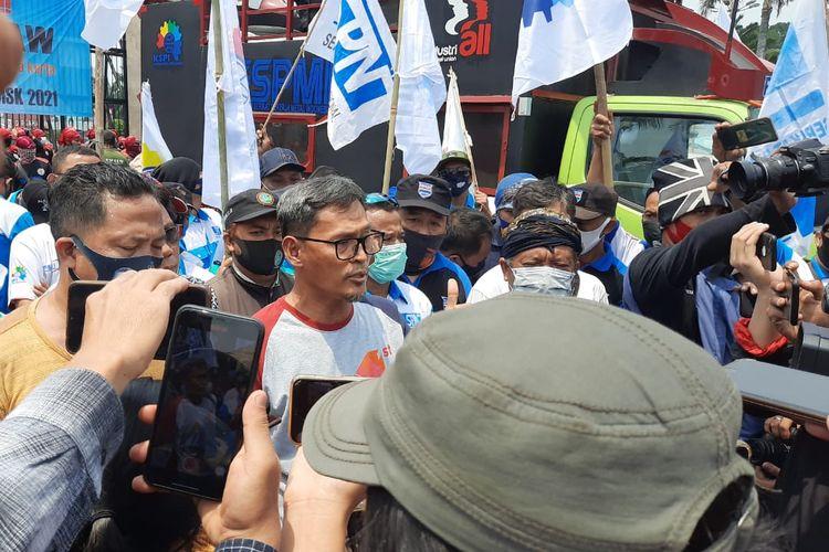 SekjenDewan Pimpinan PusatFSPMIRiden Hatam Aziz (baju abu-abu), melaksanakan konferensi pers pada aksi tolak UU Cipta Kerja, pada Senin (9/11/2020) di depan Gedung DPR-RI.