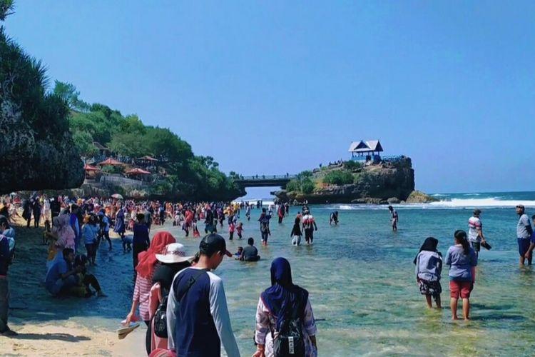 Pengunjung Memadati Kawasan Pantai Kukup, Gunungkidul pada hari Minggu (5/7/2020)