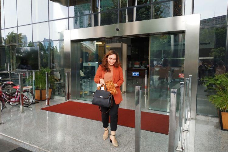 Sekretaris Direktur Pemasaran PTPN III Holding, Adinda Anjarsari, usai menjalani pemeriksaan di Gedung Komisi Pemberantasan Korupsi (KPK), Kuningan, Jakarta Selatan, Senin (23/12/2019).
