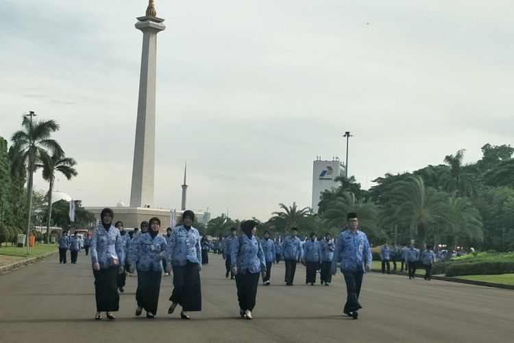 Aparatur Sipil Negara usai mengikuti upacara Peringatan Hari Ulang Tahun Ke-46 Korps Pegawai Republik Indonesia (Korpri) di lapangan silang Monumen Nasional (Monas) Selatan, Jakarta Pusat, Rabu (29/11/2017).