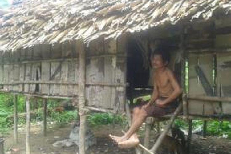 Orang Rimba ddi wilayah Bukit Subang, perbatasan Taman Nasional Bukit Duabelas, Jambi bersama rumah sederhananya yang disebut Rumah Godong.