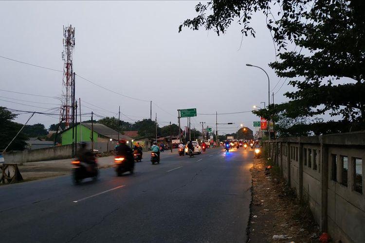 Jalan Inspeksi Kalimalang di Cibitung, Bekasi, Jawa Barat lancar meskipun terjadi penutupan sebagian lajur di ruas tol Jakarta-Cikampek di sekitar Cibitung, Selasa (2/7/2019).