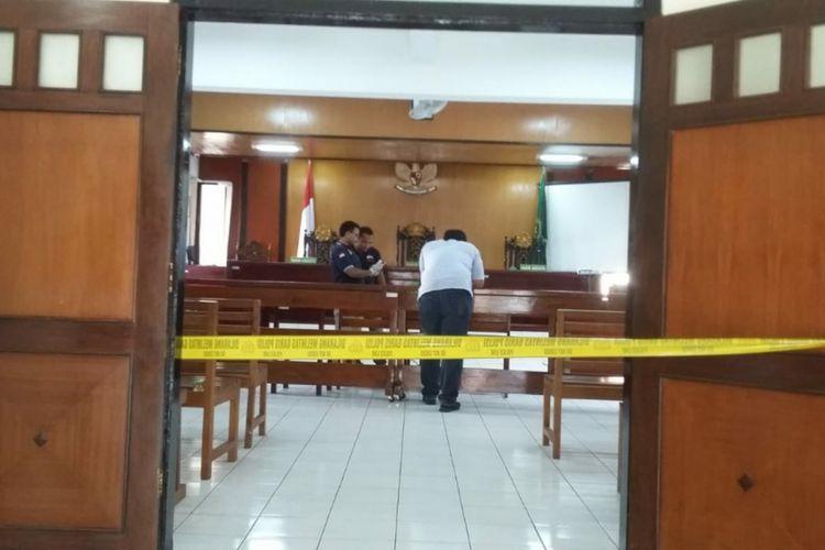 Gedung Pengadilan Negeri Bantul, Yogyakarta, yang dirusak sekelompok orang.