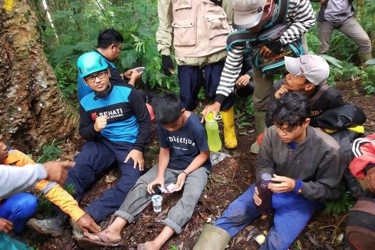 Dua warga yang dilaporkan hilang sedang mengonsumsi makanan dan minuman bersama Tim SAR Gabungan di kawasan TNGGP, Kadudampit, Sukabumi, Jawa Barat, Sabtu (21/11/2020).