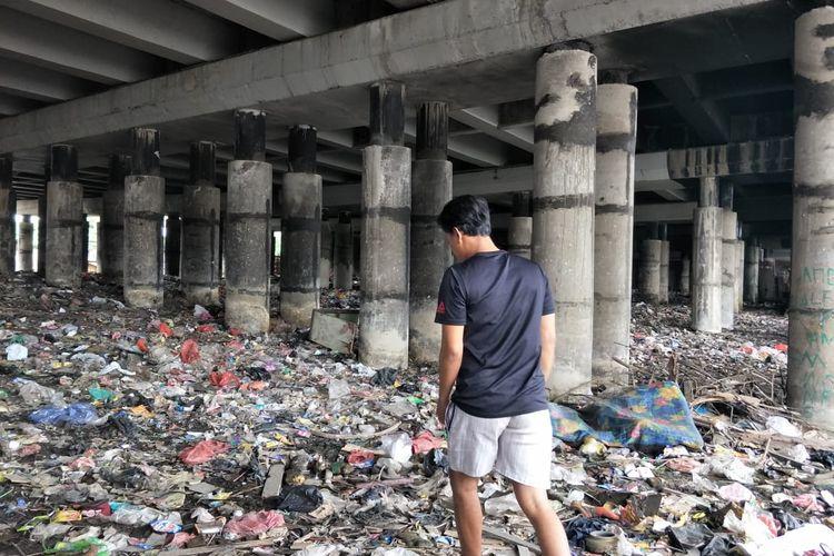 Kolong tol Ir Wiyoto Wiyono di Kelurahan Papanggo, Tanjung Priok Jakarta Utara terlihat kembali dipenuhi sampah pada Senin (15/3/2021) setelah sempat dibersihkan beberapa waktu lalu.