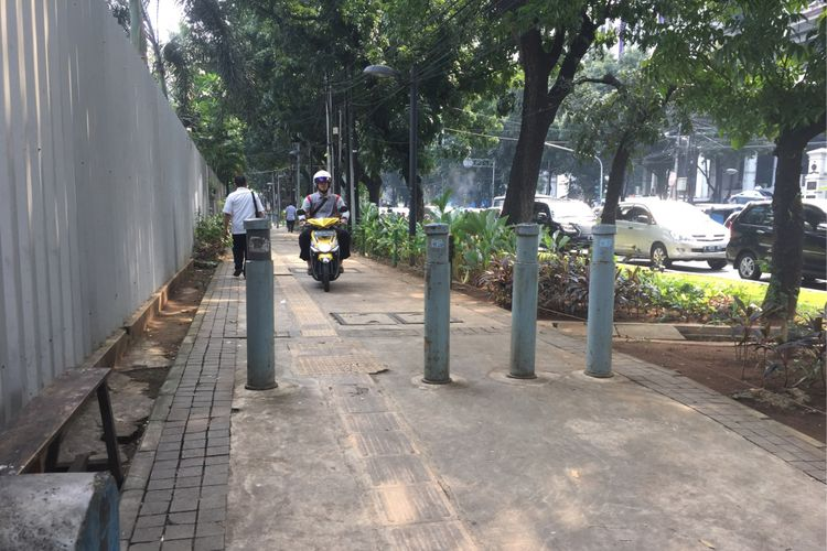 Pemotor masih melintas di trotoar Jalan Kebon Sirih, Jakarta Pusat, Senin (17/7/2017) siang. Meski sudah ada razia terhadap pelanggar dari polisi lalu lintas, pengendara sepeda motor masih nekat melintas.