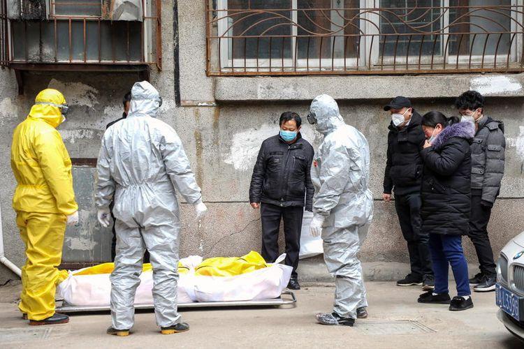 Pekerja rumah duka mengambil jenazah seorang penduduk, yang dilaporkan meninggal karena novel coronavirus (2019-nCoV) di rumah, di luar gedung tempat tinggal di Wuhan, di provinsi Hubei, Tiongkok tengah, 01 Februari 2020 EPA-EFE/YUAN ZHENG CHINA OUT