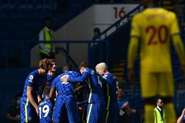 Pemain Chelsea saat merayakan gol dari Trevoh Chalobah pada laga perdana Premier League musim 2021-2022 kontra Crystal Palace di Stadion Stamford Bridge, London, Sabtu (14/8/2021) malam WIB.