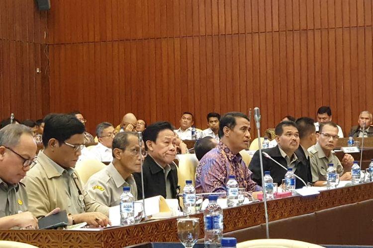 Menteri Pertanian Andi Amran Sulaiman bersama jajarannya di Kementerian Pertanian menghadiri Rapat Kerja  (Raker) bersama Anggota Komisi IV DPR, di Jakarta, Senin (17/6/2019).
