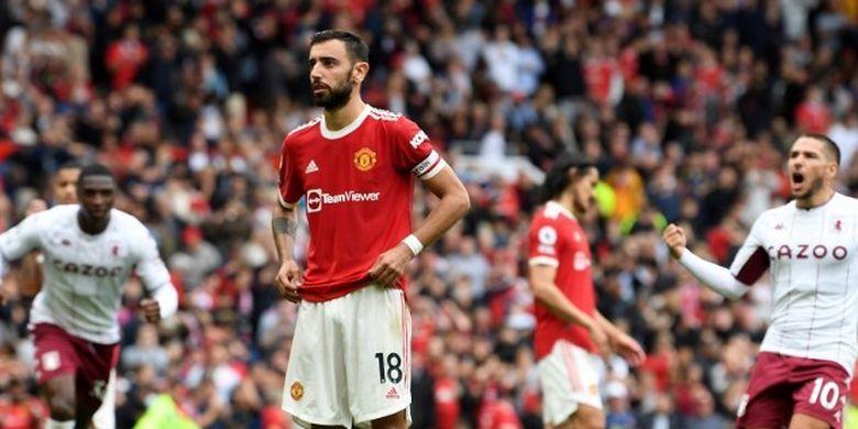 Reaksi Bruno Fernandes (tengah) setelah gagal mengeksekusi penalti pada pertandingan Liga Inggris Man United vs Aston Villa di Stadion Old Traffors, Sabtu (25/9/2021) malam WIB.