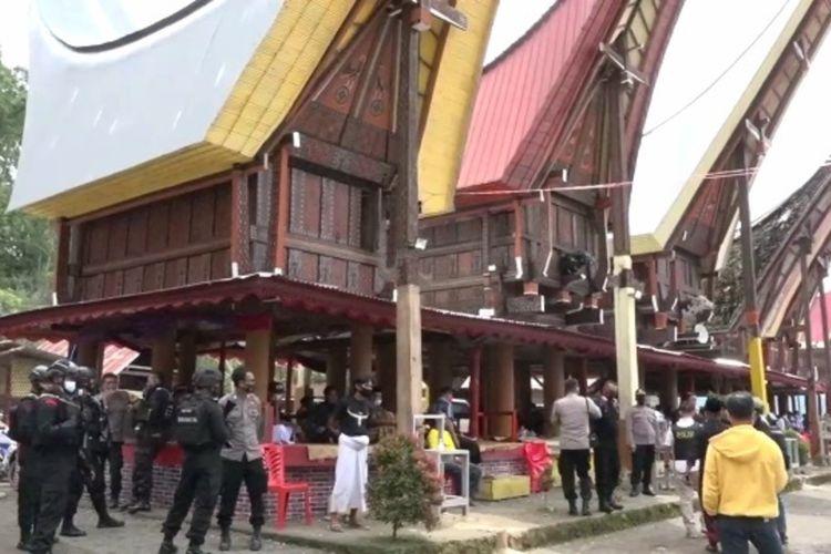 Personil Kepolisian Resor Toraja Utara, Sulawesi Selatan, Sabtu (26/12/2020) menghentikan sementara acara Rambu Solo' di Dusun Buka, Lembang (Desa) Karre Limbong, Kecamatan Nanggala.