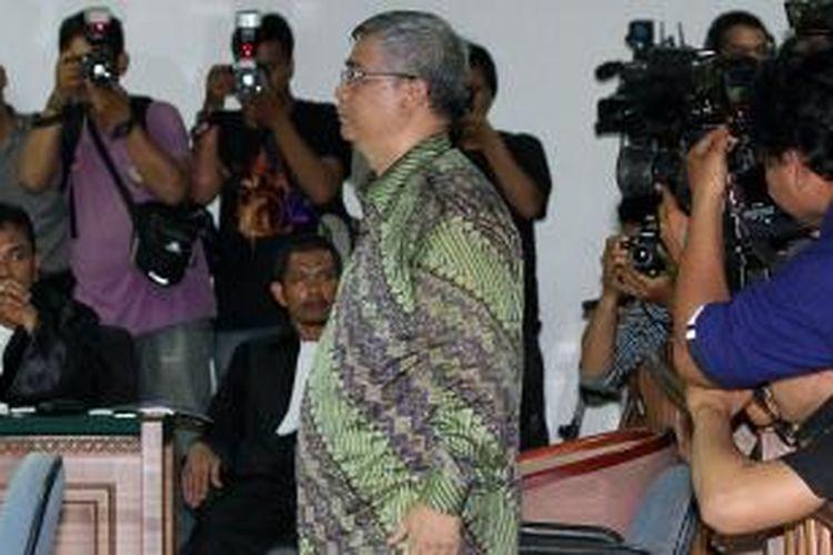 Mantan Ketua Mahkamah Konstitusi, Akil Mochtar menjalani sidang perdana di Pengadilan Khusus Tindak Pidana Korupsi, Jakarta, Kamis (20/2/2014). Sidang perdana dengan agenda pembacaan dakwaan tersebut terkait kasus dugaan suap penanganan sengketa Pilkada di Mahkamah Konstitusi. TRIBUNNEWS/DANY PERMANA