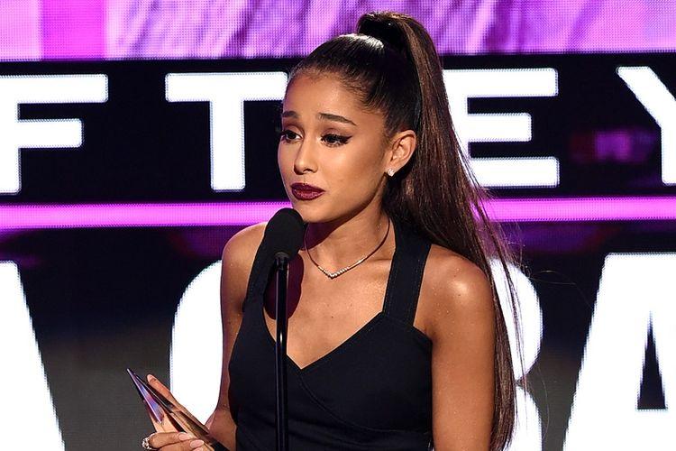 Penyanyi Ariana Grande menerima penghargaan Artist of the Year pada American Music Awards di Los Angeles, California, pada 20 November 2016. Serangan bom terjadi di konsernya di Manchester, Inggris, Senin (22/5/2017), dan mengakibatkan 22 orang tewas dan puluhan lainnya terluka.