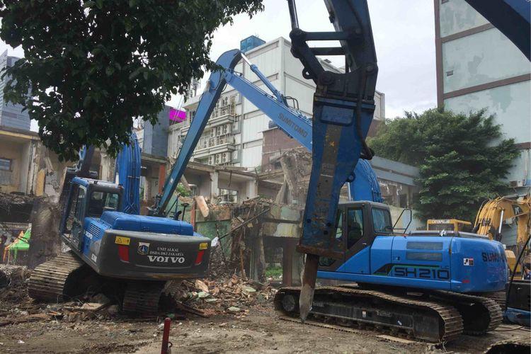 Pemkot Jakarta Pusta robohkan sejumlah bangunan di eks Pasar Blora. Lahan tersebut akan dijadikan commanditer center TOD Dukuh Atas, Kamis (25/1/2018).