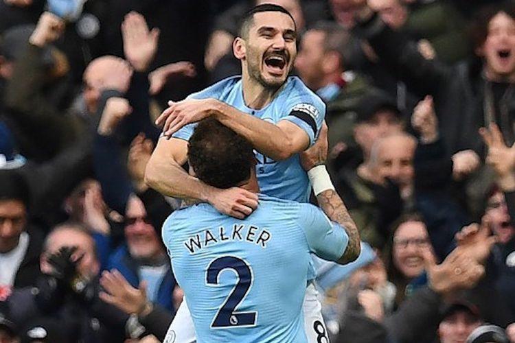Ilkay Guendogan dan Kyle Walker merayakan gol keempat timnya pada pertandingan Manchester City vs Chelsea di Stadion Etihad dalam lanjutan Liga Inggris, 10 Februari 2019.