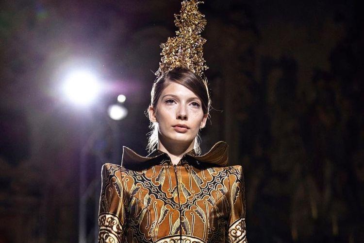 Koleksi adi busana yang ditampilkan dua perancang busana muda Indonesia dari rumah busana Maquinn Couture yakni Janice Pradipta dan Benita Pradipta Setyawan, sukses memukau sekitar 170 tamu undangan MFW dan publik Milan Italia.