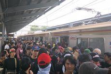 Aliansi Mahasiswa Bekasi Padati Stasiun Bekasi Bersiap Menuju DPR