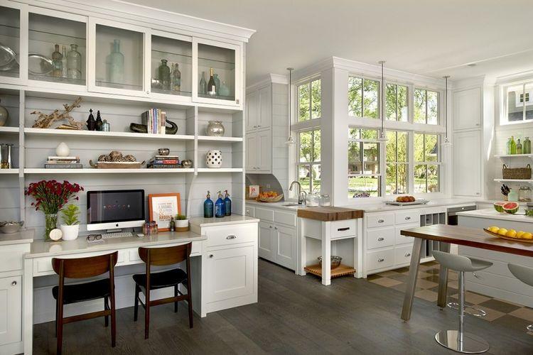 Lemari dapur besar menyediakan ruang kerja yang nyaman, karya Charles Vincent George Architects