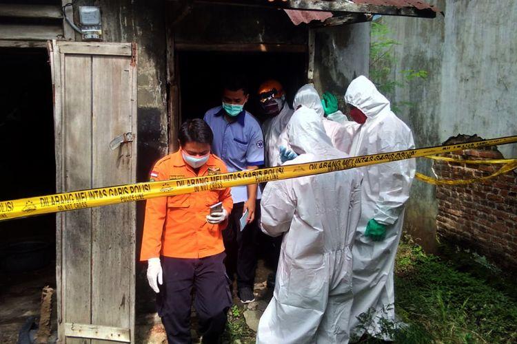 Nasi kiriman anaknya 10 hari masih menggantung dipintu, (62) warga Kelurahan Kauman, Kecamatan Magetan ditemukan telah membusuk oleh warga di gudang kulit tempat tinggalnya selama ini.