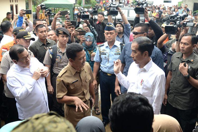 Presiden Joko Widodo meninjau Kecamatan Sukajaya, Kabupaten Bogor, yang terisolir karena banjir dan longsor, Selasa (7/1/2020) pagi.