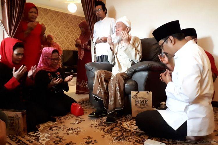 Pengasuh Pondok Pesantren Nurul Kholil Bangkalan, KH Zubair Muntasor, mendoakan pasangan Gus Ipul - Puti Soekarno, Sabtu (201/2018).