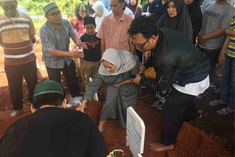 Jenazah Hunaedi, pensiunan TNI AL yang ditewas ditusuk di rumahnya, Kompleks TNI AL, Jalan Karang Tengah Raya, Pondok Labu, Jakarta Selatan tang tewas pada Kamis malam dimakamkan di TPU Pondok Labu, Jakarta Selatan, Jumat (6/4/2018).