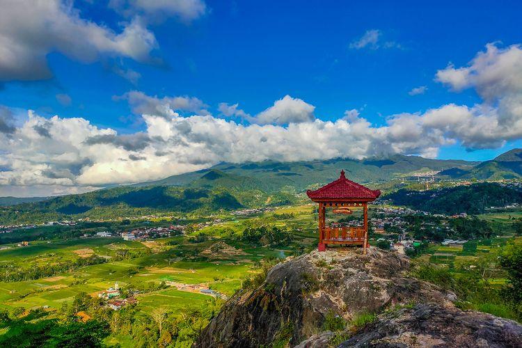 Gazebo di Gunung Gamping Tawangmangu berlatar belakang Gunung Lawu.