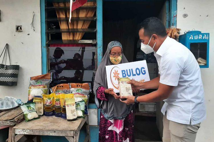 Nenek Sumirah menerima bantuan dari Perum Bulog, Rabu (25/8/2021).