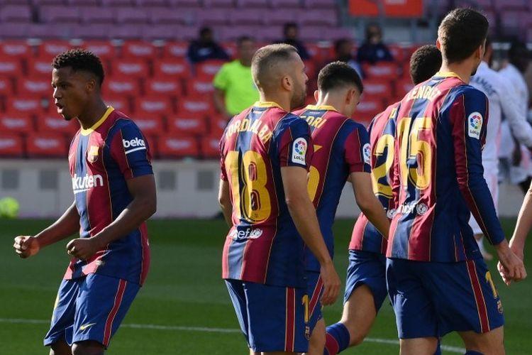 Gelandang Spanyol Barcelona Ansu Fati (kiri) melakukan selebrasi setelah mencetak gol dalam pertandingan sepak bola Liga Spanyol antara Barcelona dan Real Madrid di stadion Camp Nou di Barcelona pada 24 Oktober 2020.