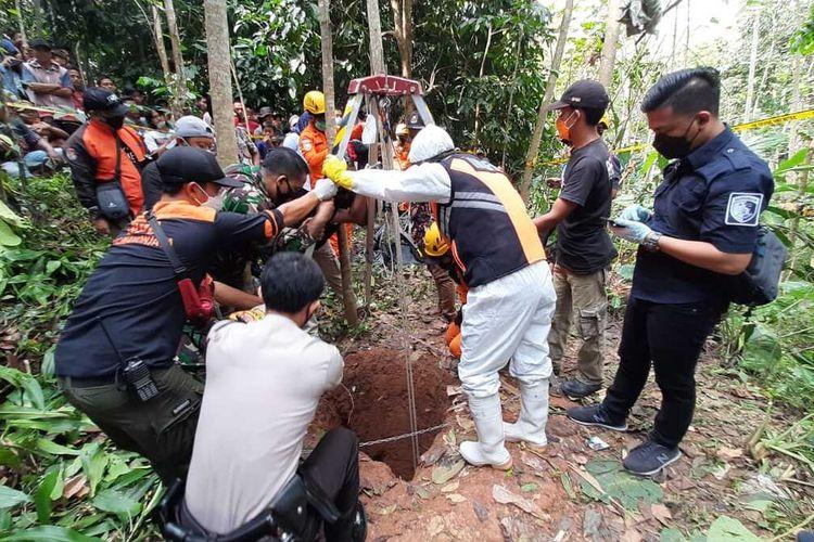 Tim Basarnas dan Inafis Satreskrim Polresta Tasikmalaya serta TNI sedang mengevakuasi mayat seorang nenek yang ditemukan tewas di sumur dengan kedalaman 16 meter di Pasir Batang, Manonjaya, Kabupaten Tasikmalaya, Jumat (11/6/2021).
