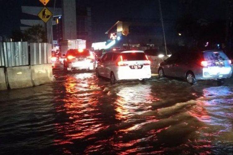 Banjir masih menggenangi Jalan Boulevard Barat Raya, Kelapa Gading, Jakarta Utara, pada Sabtu (8/2/2020) malam.