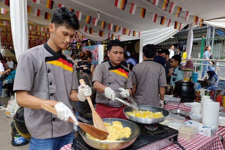 Dua koki yang tengah memasak makanan Jerman di acara JAKBERFEST 2019, Sabtu (30/11/2019). Dalam acara ini dihadirkan juga beragam makanan khas Jerman dan Jakarta.