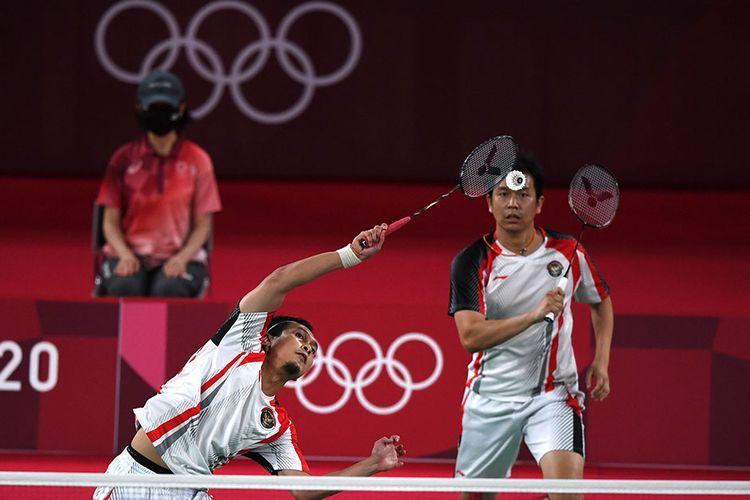 Pebulutangkis ganda putra Indonesia Mohammad Ahsan/Hendra Setiawan mengembalikan kok ke arah ganda putra Taiwan Lee Yang/Wang Chi-Lin dalam semifinal Olimpiade Tokyo 2020, di Musashino Forest Sport Plaza, Tokyo, Jepang, Jumat (30/7/2021). Ahsan/Hendra gagal melaju ke final Olimpiade Tokyo setelah takluk dari ganda putra Taiwan tersebut dengan skor 11-21 dan 10-21.