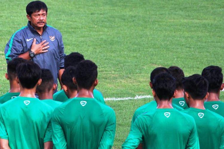 Pelatih tim nasional Indonesia U-18, Indra Sjafri, memberi pengarahan kepada pemain dalam pemusatan latihan di  Lapangan Atang Sutrisna, Cijantung, Jakarta.