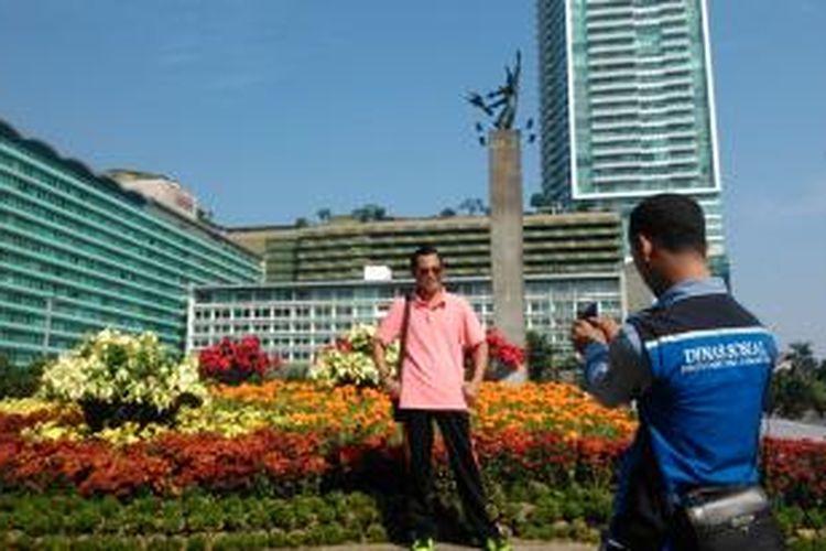 Taman bunga dekorasi di area kolam bunderan HI, menjadi primadona baru pengunjung untuk latar berfoto, Minggu (21/6/2015).
