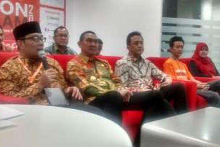 Walikota Bandung Ridwan Kamil sedang berbicara kepada media bersama Walikota Malang Mochamad Anton (kedua dari kirim) dan Kepada Badan Ekonomi Kreatif Triawan Munaf (ketiga kiri), Kamis (31/3/2016).
