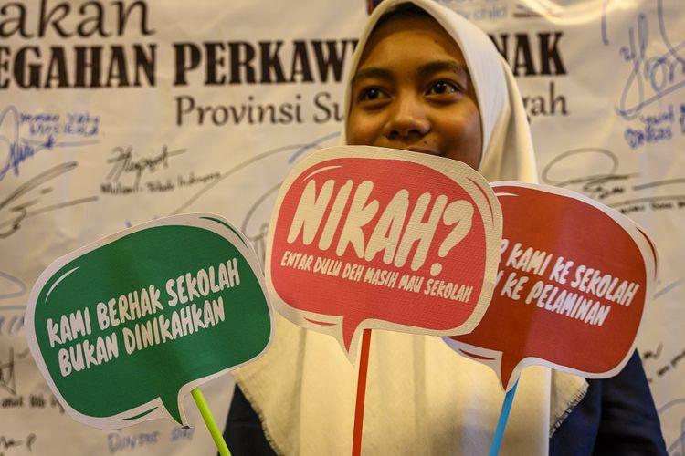 Seorang remaja putri membawa peraga kampanye pada Kick Off Gerakan Pencegahan Perkawinan Anak di Palu, Sulawesi Tengah, Kamis (30/1/2020). Gerakan yang diinisiasi UNICEF bekerja sama dengan Yayasan Karampuang itu untuk menekan angka perkawinan anak di Sulteng yang meningkat pascabencana, terutama di kawasan pengungsian. ANTARA FOTO/Basri Marzuki/aww.