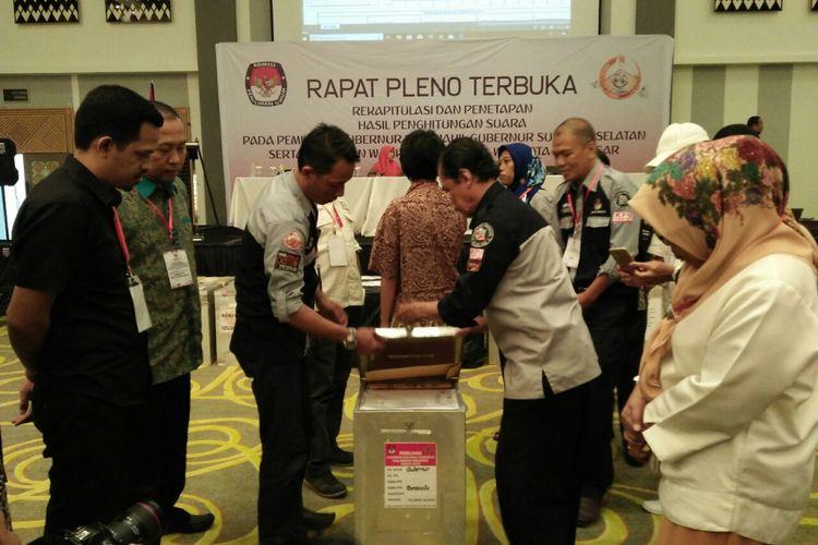 Pembukaan kotak surat suara setiap kecamatan dalam Rapat Pleno Rekapitulasi Hasil Perhitungan dan Penetapan Pemilihan Gubernur dan Wakil Gubernur serta Wali Kota dan Wakil Wali Kota Makassar 2018.