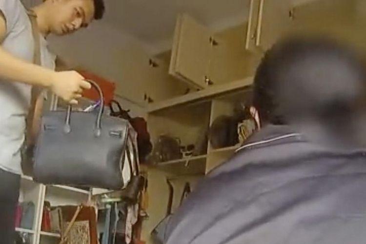 Polisi menemukan ratusan tas branded palsu di rumah Wang, perempuan 27 tahun di Chongqing, China.