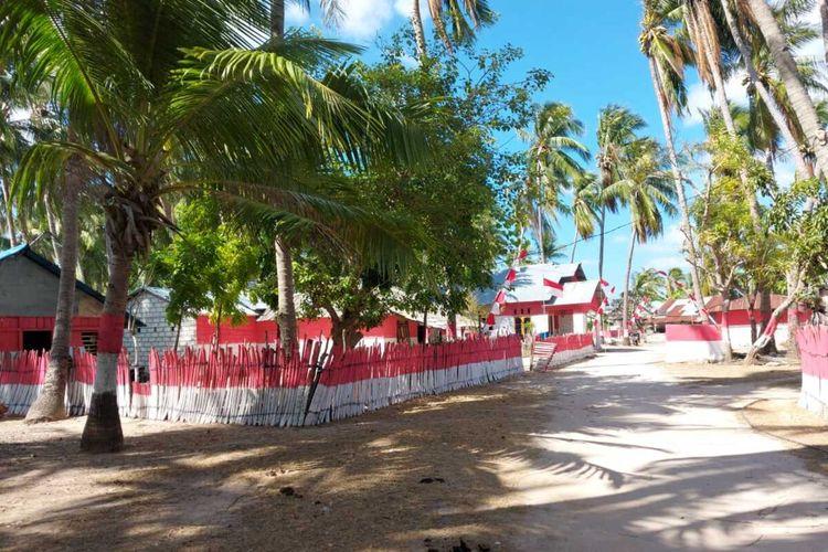 Rumah warga Desa Oeseli, Kecamatan Rote Barat Daya, Kabupaten Rote Ndao, Nusa Tenggara Timur (NTT) dicat merah putih.