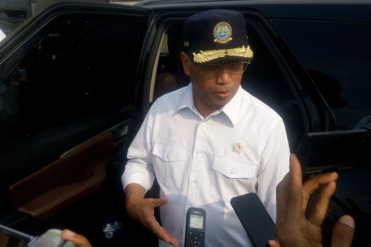 Menteri Perhubungan (Menhub) Budi Karya Sumadi menjawab pertanyaan awak media di Pelabuhan Tanjung Priok, Jakarta Utara, Minggu (9/12/2018).