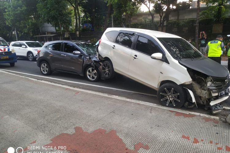 Kecelakaan beruntun terjadi di Jalan Jenderal Gatot Subroto tepatnya di depan Kantor Pajak wilayah Jakarta Selatan pada Kamis (7/10/2021) sekitar pukul 16.30 WIB.