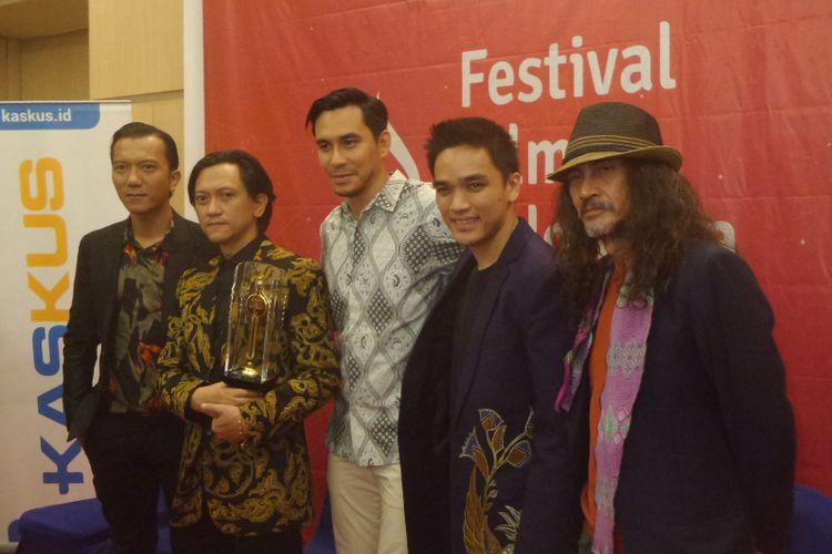 Tim Film Night Bus menjalani pemotretan dalam perhelatan Festival Film Indonesia (FFI) 2017 di Grand Kawanua International City, Manado, Sulawesi Utara, Sabtu (11/11/2017) malam. Night Bus meraih penghargaan Film Terbaik FFI 2017.
