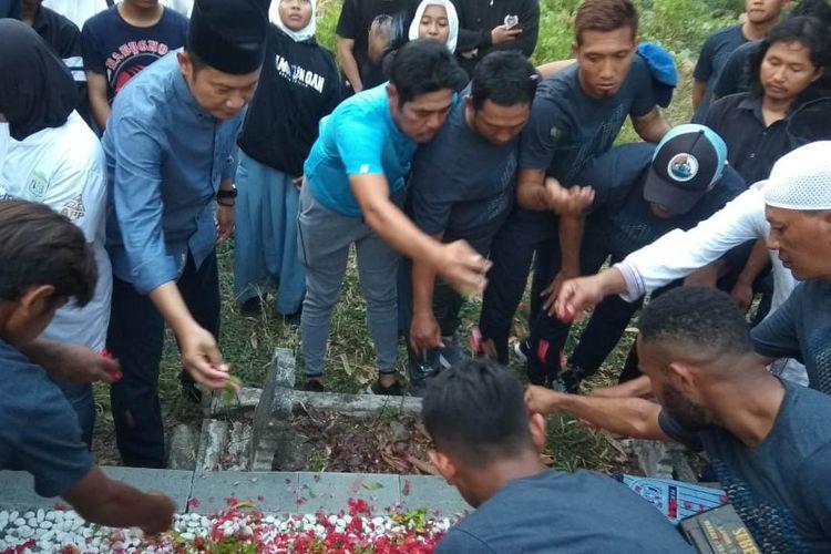 Manajemen, skuad, beserta para suporter Persela Lamongan saat mendoakan almarhum Choirul Huda.