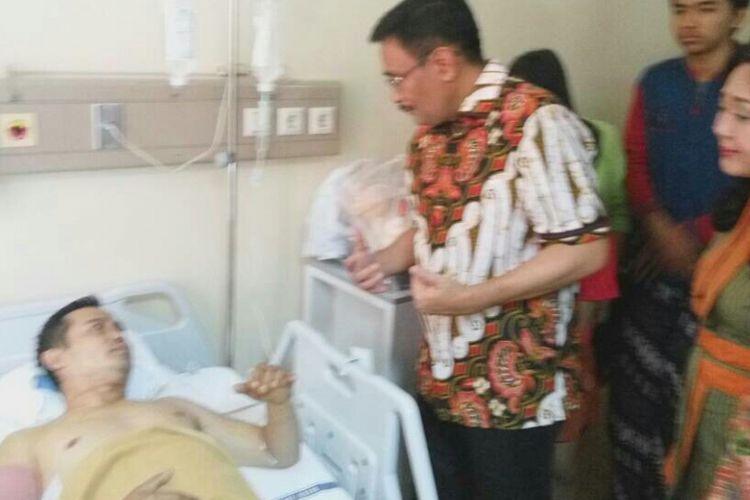 Pelaksana tugas (Plt) Gubernur DKI Jakarta Djarot Saiful Hidayat menjenguk korban ledakan bom di Kampung Melayu di RSUD Budhi Asih, Cawang, Jakarta Timur, bersama istrinya, Happy Farida, Kamis (25/5/2017).