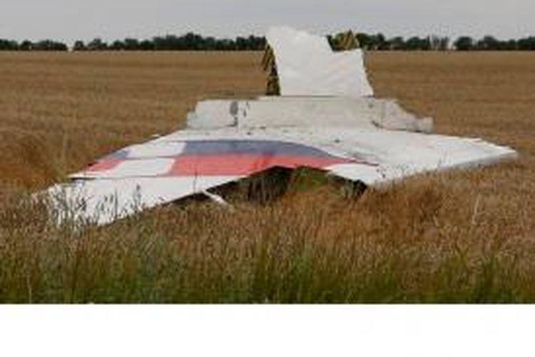 Puing-puing pesawat Malaysia Airlines MH17 yang jatuh di Ukraina, Kamis (17/7/2014). Diduga pesawat ditembak jatuh dengan rudal jenis BUK oleh teroris.
