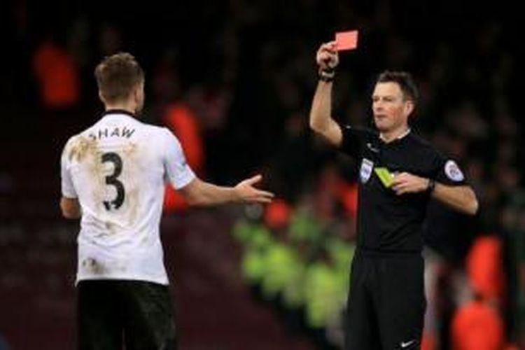 Wasit Mark Clattenburg mengganjar Luke Shaw dengan kartu merah saat MU ditahan imbang 1-1 oleh West Ham United pada 8 Februari 2015.