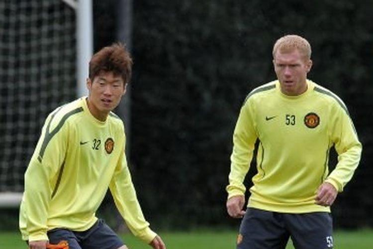 Park Ji-sung dan Paul Scholes saat masih bermain untuk Manchester United.