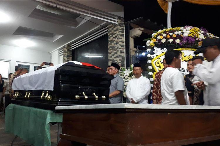 Jenazah Kepala Badan Nasional Penanggulangan Bencana (BNPB) Sutopo Purwo Nugroho tiba di rumah duka di Perumahan Raffles Hills, Depok, Jawa Barat, Minggu (7/7/2019) malam.