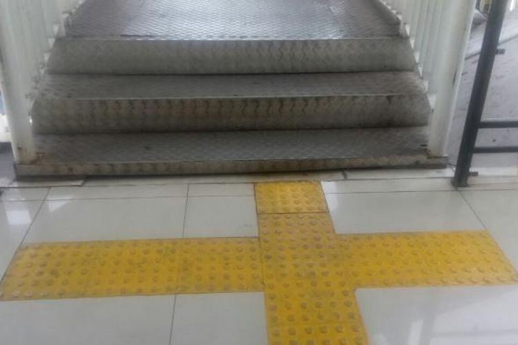 Jalur pemandu khusus penyandang tunanetra atau guiding block di Stasiun Manggarai. Foto diambil Kamis, (19/1/2017)